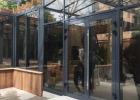Алюминиевые двери для ресторана