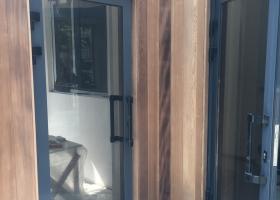 Алюминиевые двери во двор