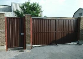 Распашные ворота частного дома