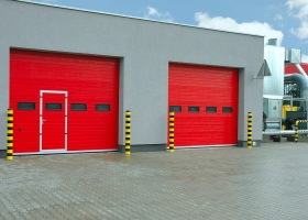 Промышленные ворота красного цвета