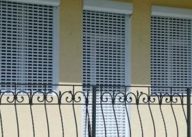Роллетные решетки на окна и двери балкона