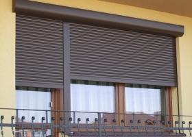 Коричневые рольставни на балкон